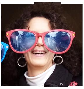 Autorin Manuela Krämer mit Riesenbrille